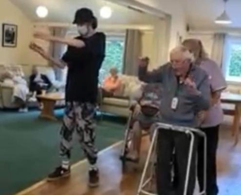 Jovem autista no Reino Unido ensina idoso de 101 anos a dançar — Canal Autismo / Revista Autismo